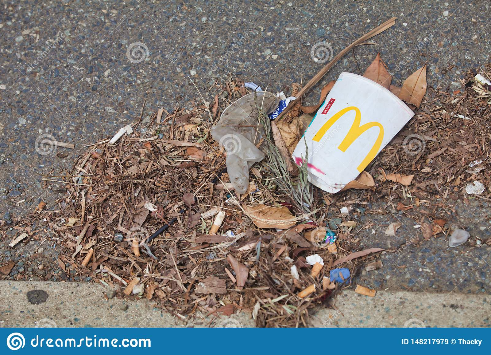 McDonalds空的杯子和废弃物由路的边离开