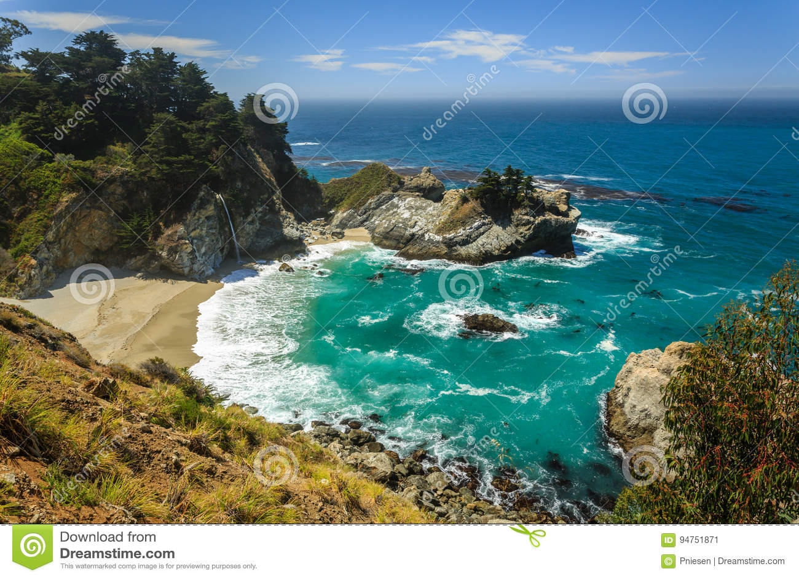 Mcway tombe cascade de plage sur la côte de Big Sur de la Californie