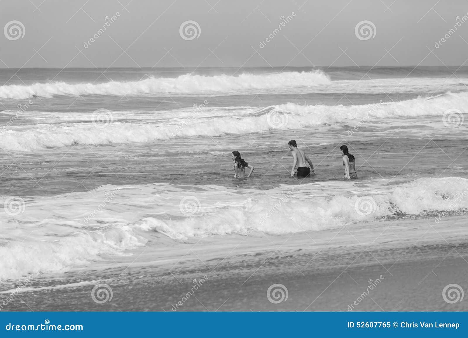 Mädchen-Jungen-Schwimmen-Ozean-Strand-Schwarz-Weiß
