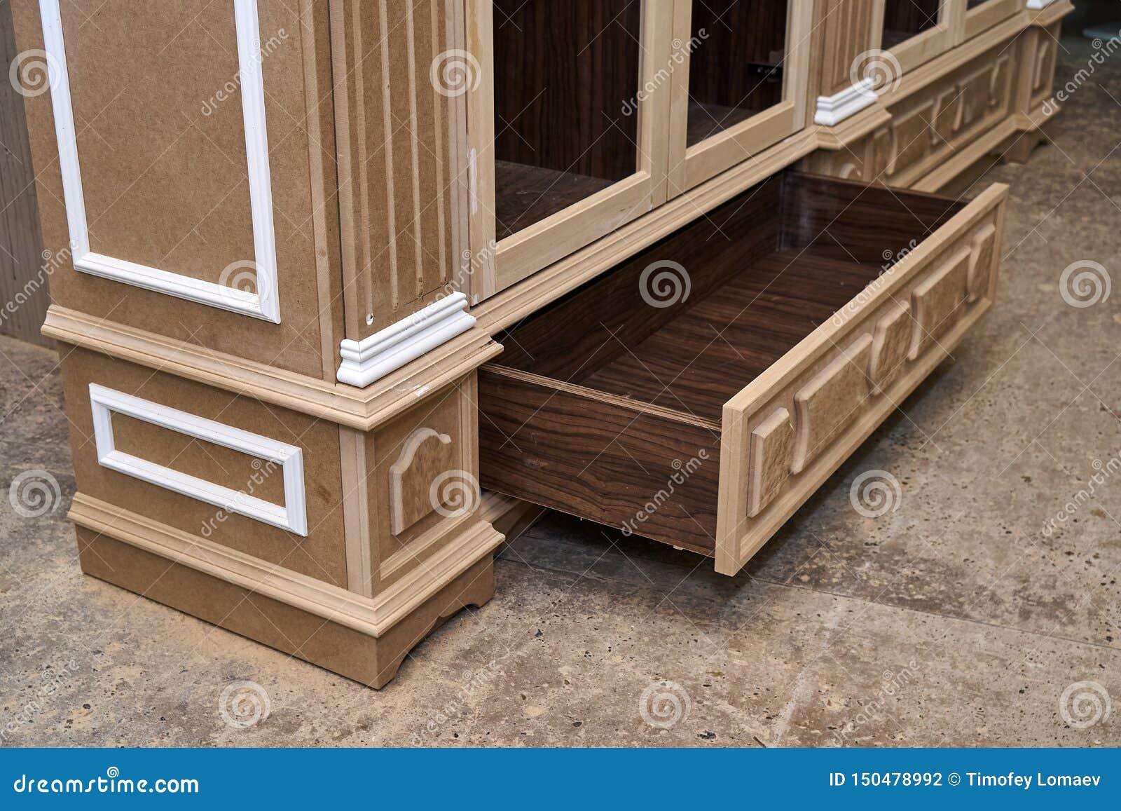 Mdf与造型和木被雕刻的资本的内阁尸体 木家具制造过程