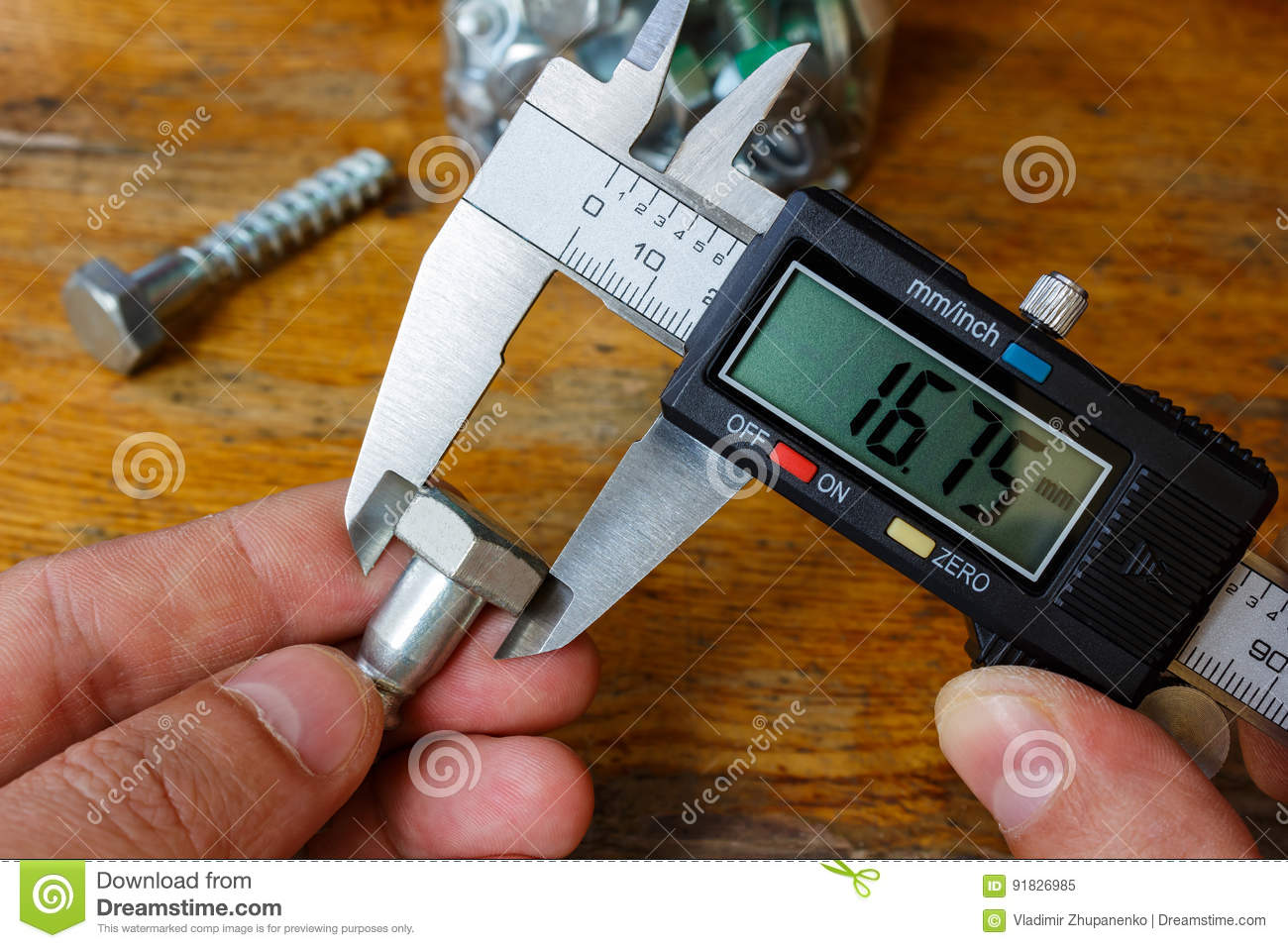 Measurement of the bolt head with an electronic caliper