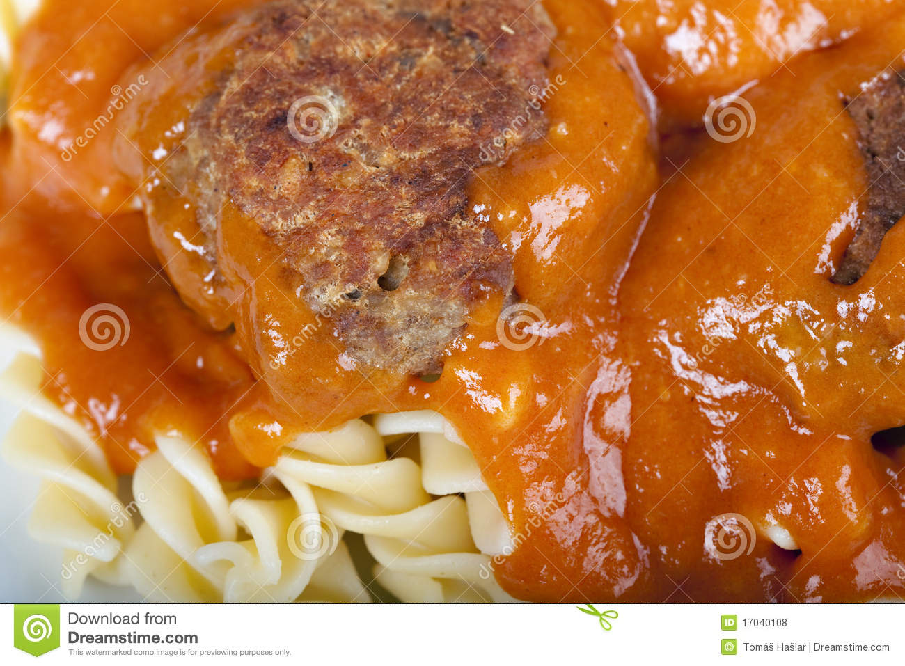 Meatballs with fresh tomato sauce and fusilli.