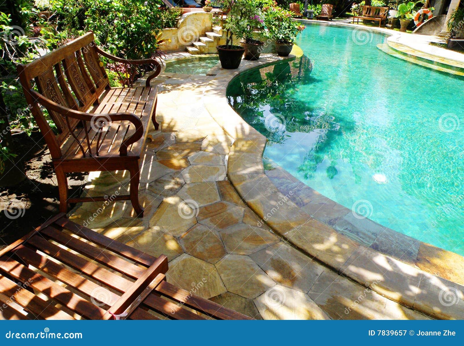 Meblarskiego plenerowego patio basenu pogodny dopłynięcie