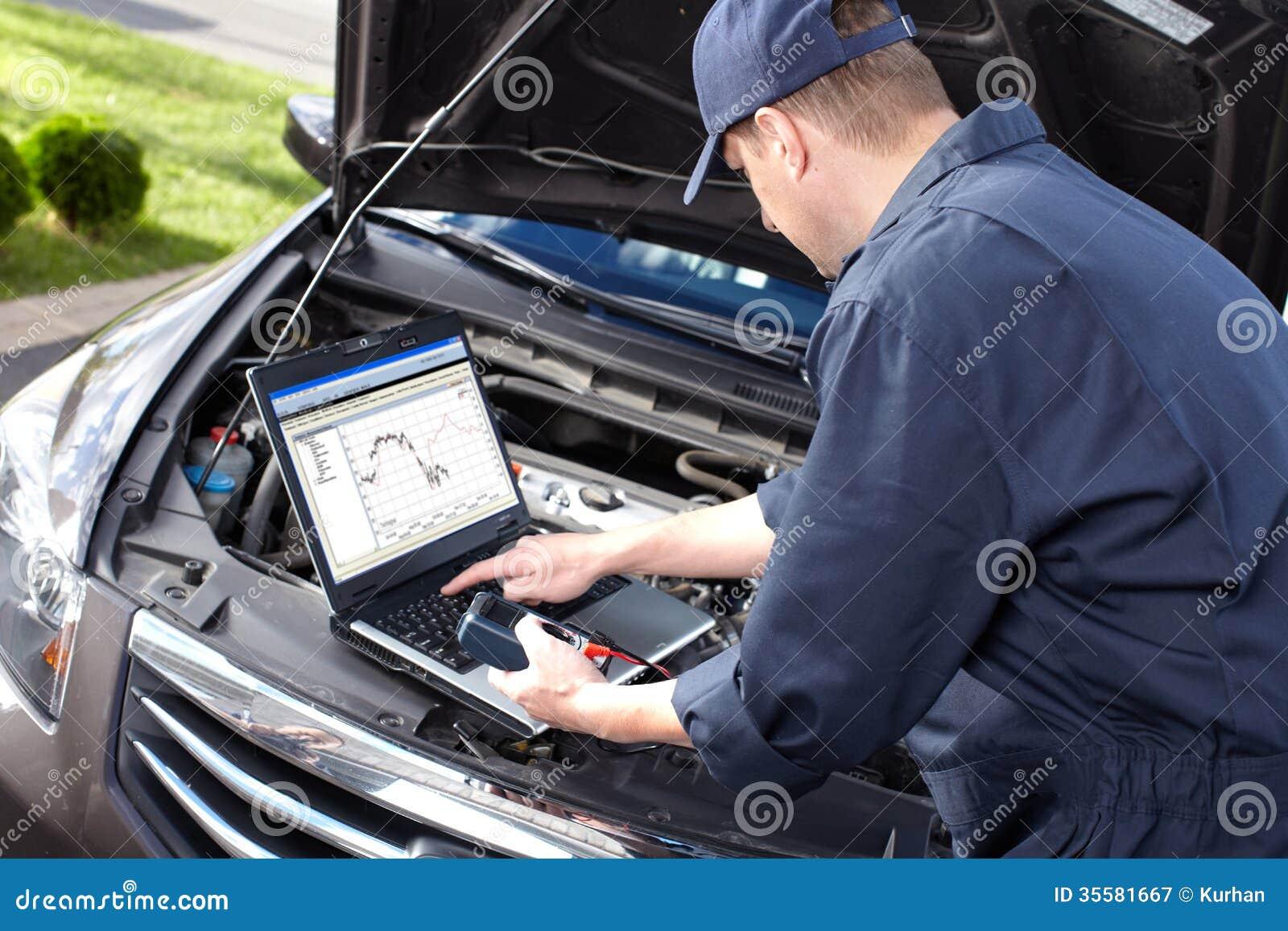 Mecánico de coche que trabaja en servicio de reparación auto.