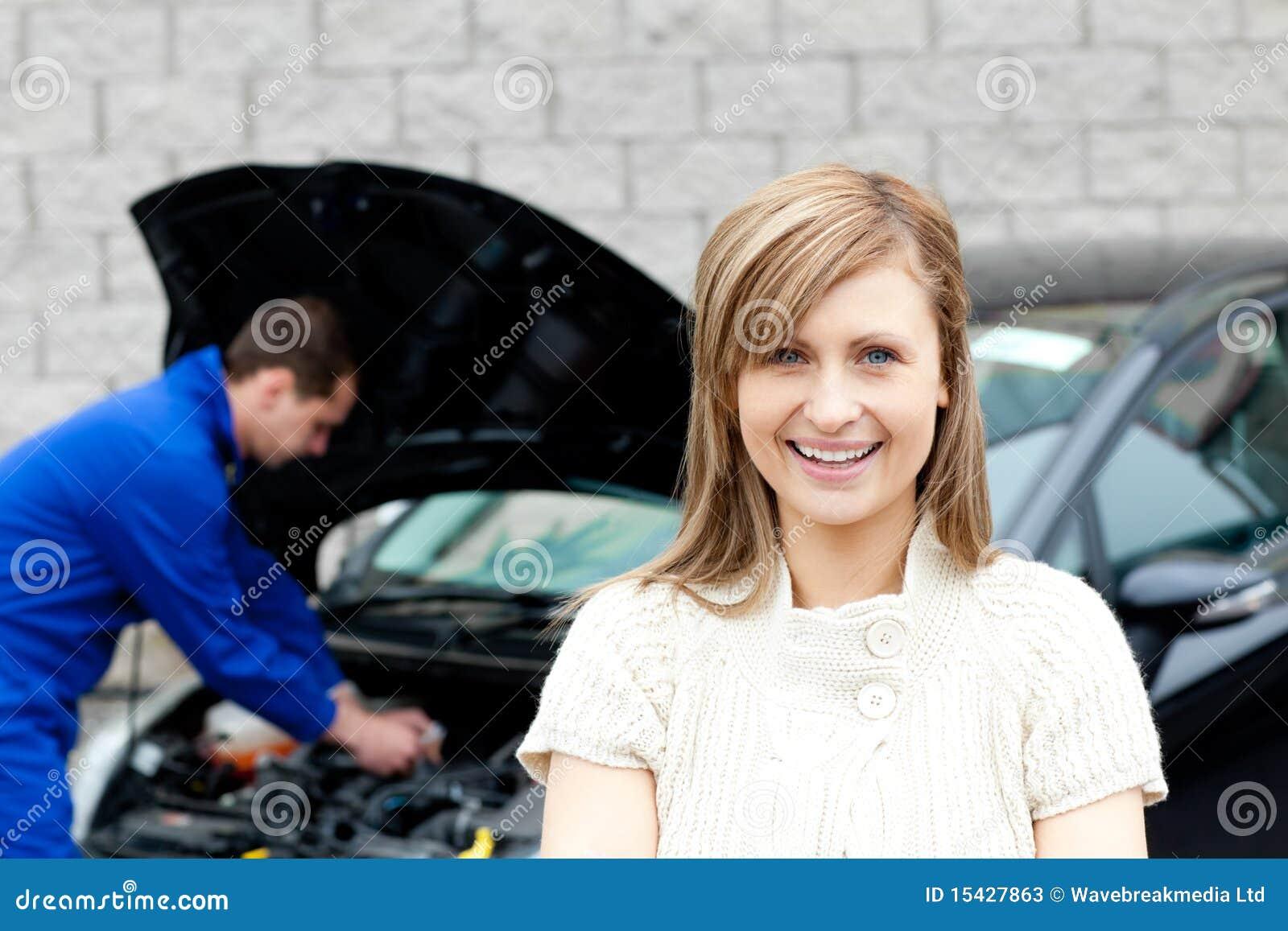 Mecánico del garage que repara un coche