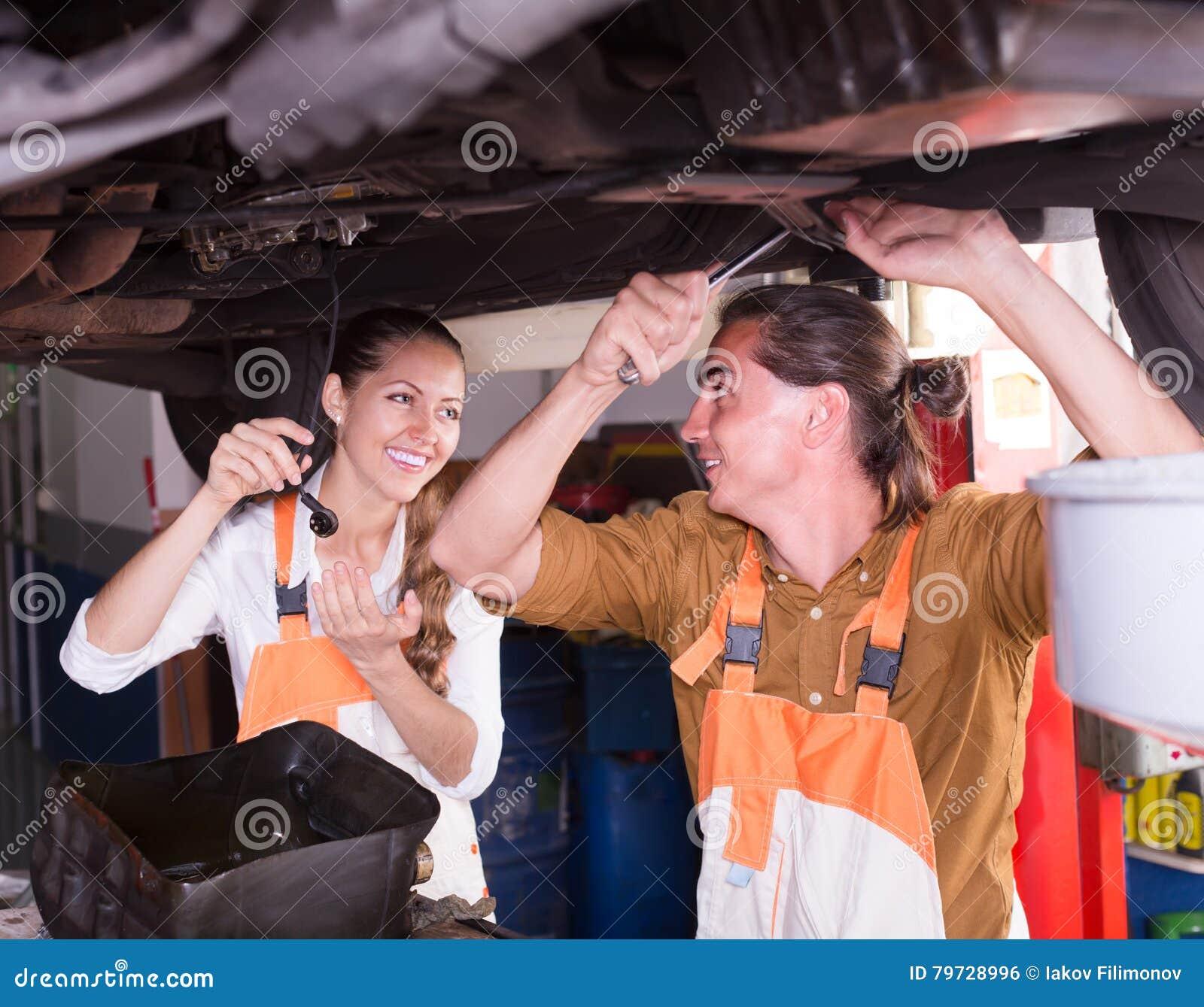 Mecánicos que reparan un coche quebrado