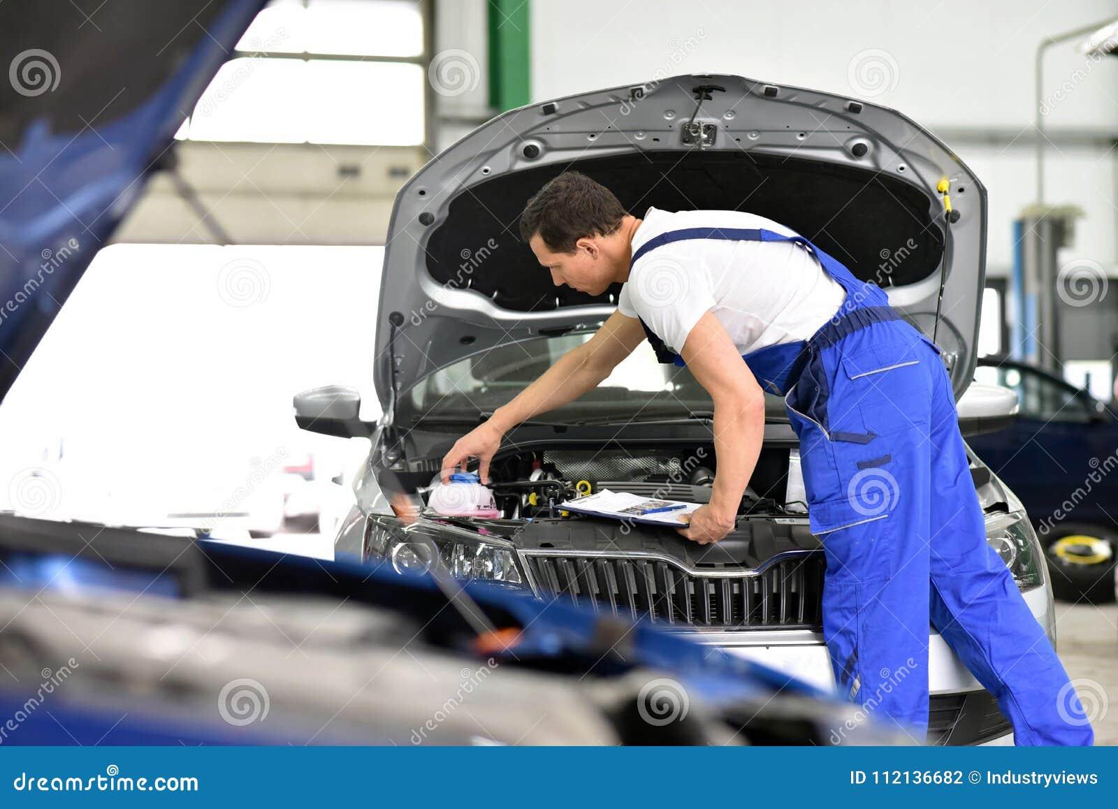 Mecânico de carro em uma oficina - reparo e diagnóstico do motor em uma VE