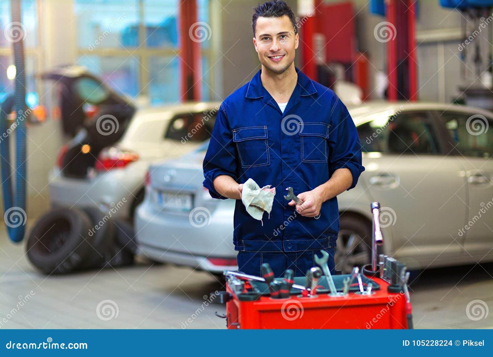 Mecânico de carro na loja de reparação de automóveis