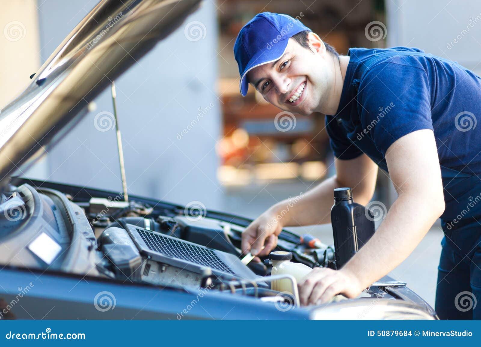 Mecânico de carro que trabalha no serviço de reparação de automóveis