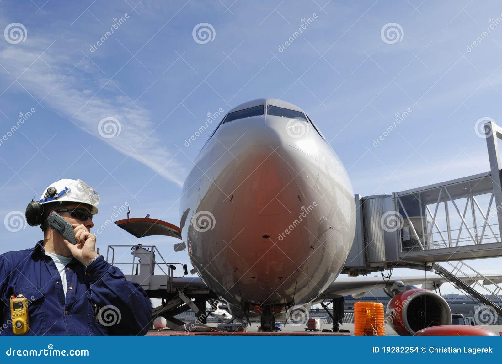 Mecânico e avião de passageiros de ar