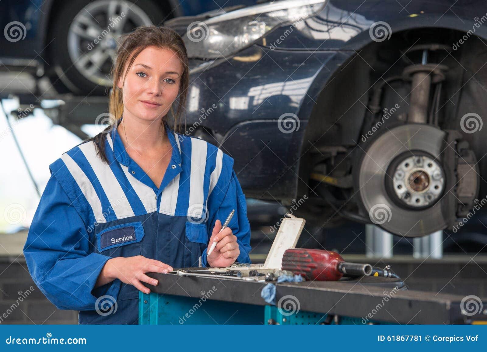 Mecânico fêmea que trabalha em um teste de MOT