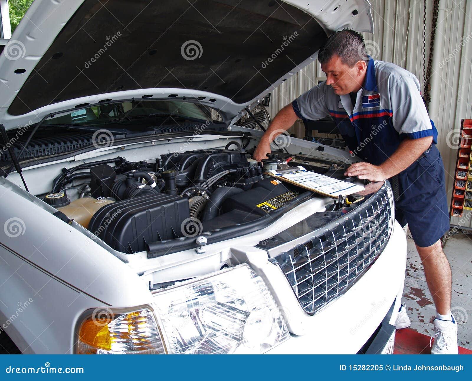 Mecânico que executa uma inspeção de serviço rotineira