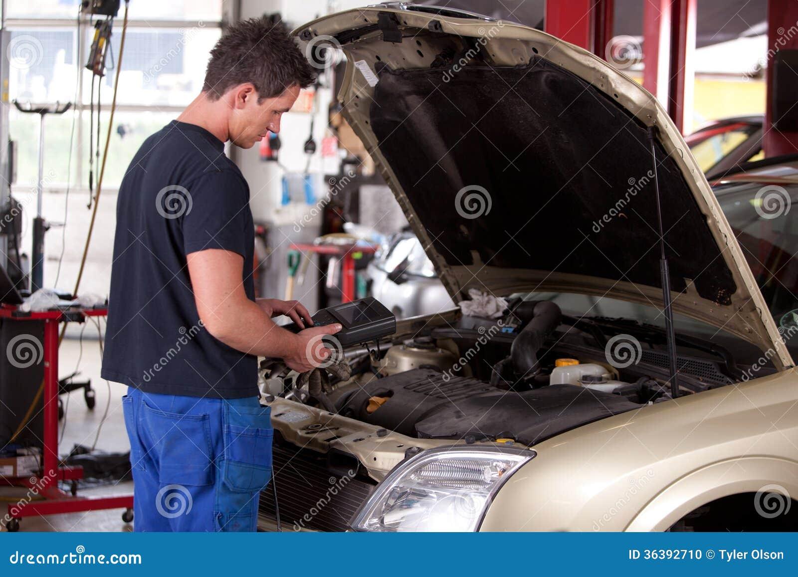 Mecânico Servicing Car
