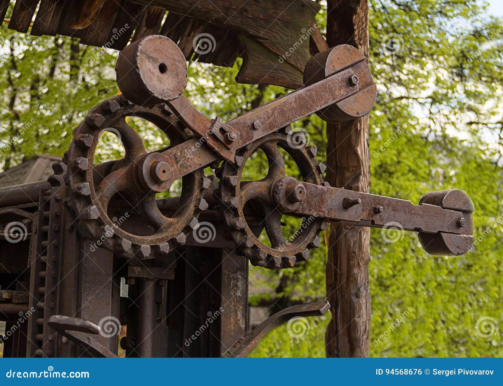 Mecanismo de engrenagem dentado velho oxidado do fundo industrial grande