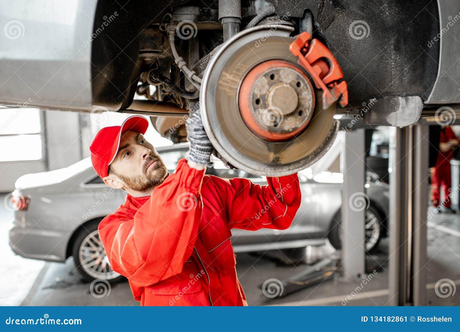 Meccanico che diagnostica automobile al servizio dell automobile