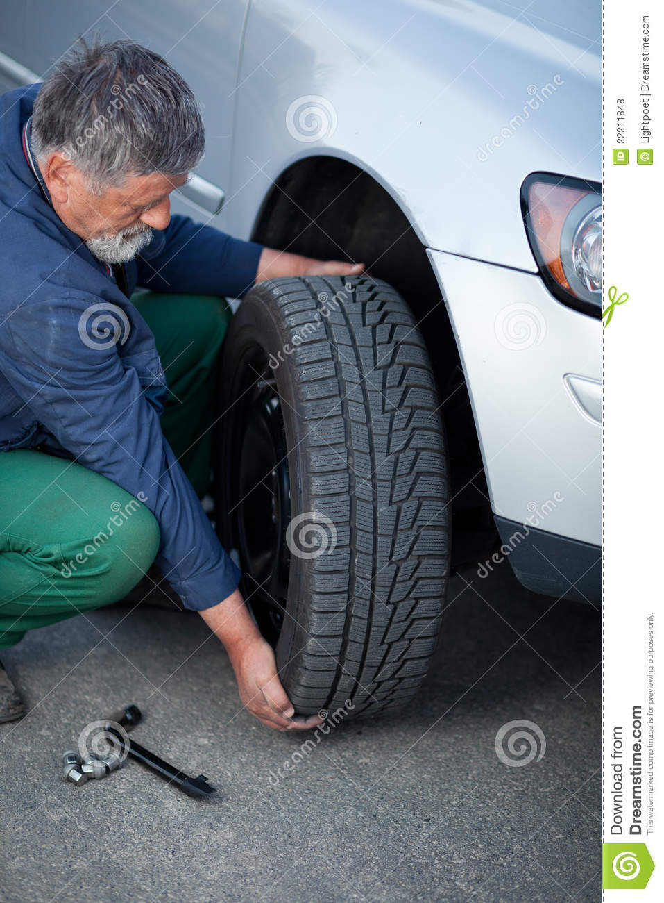 No Credit Check Car Lots >> Mechanic Changing A Wheel Of A Modern Car Royalty Free Stock Photos - Image: 22211848