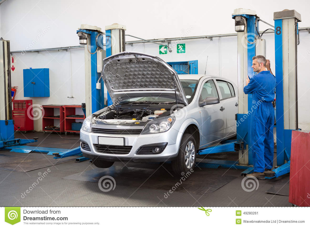 Mechanic raising the car with a workshop jack stock photo for Garage fix auto nimes