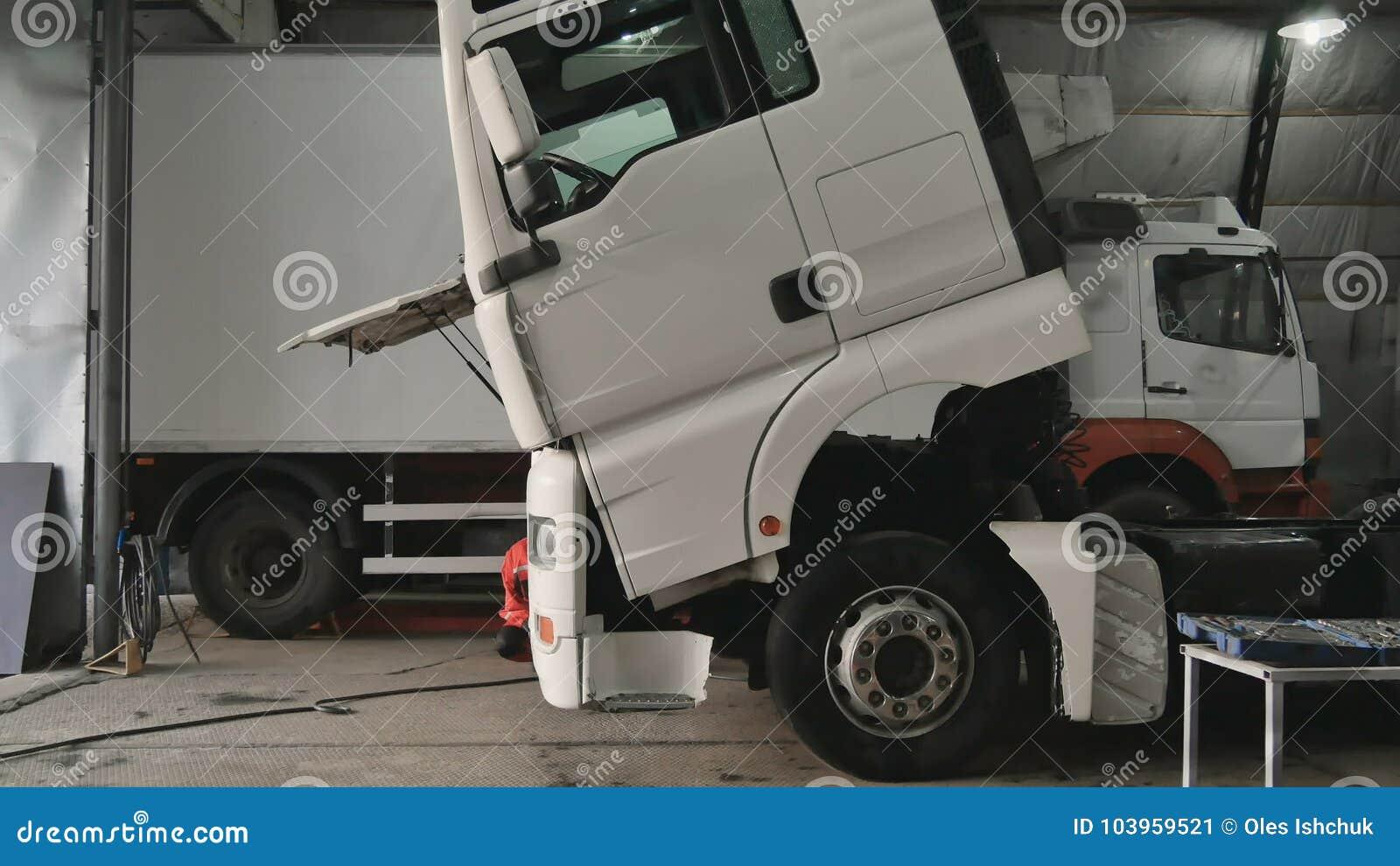 Mechanic tilting cabin of truck