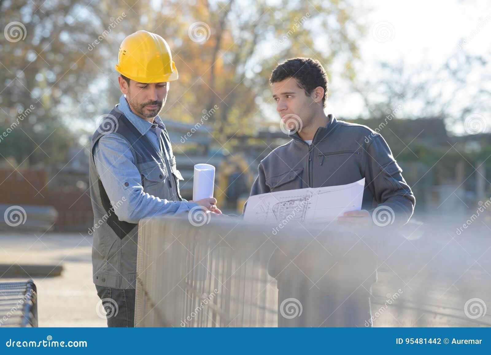 Mechaników pracownicy na pracy platformie w magazynie