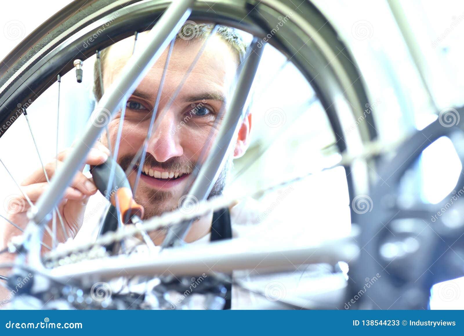 Mechanik oliwi łańcuch rower w rowerowym remontowym sklepie