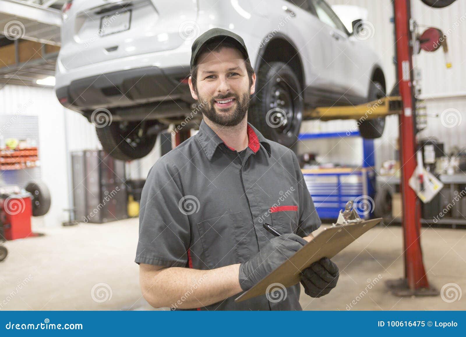 Mechanik pracuje na samochodzie w jego sklepie