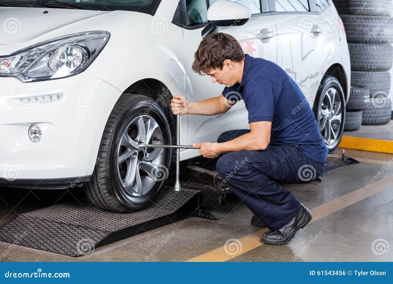 Mechanik Załatwia Samochodową oponę Przy garażem