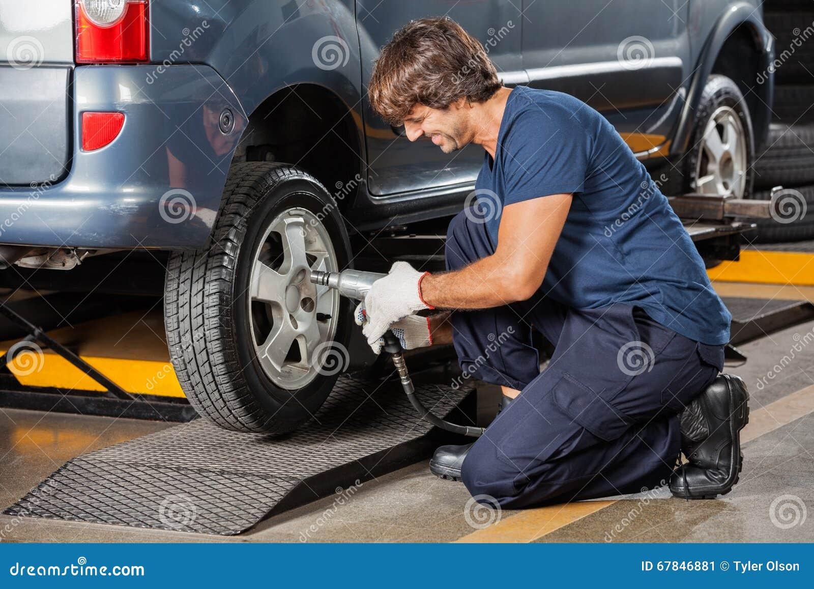 Mechanik Załatwia Samochodową oponę Przy Remontowym sklepem