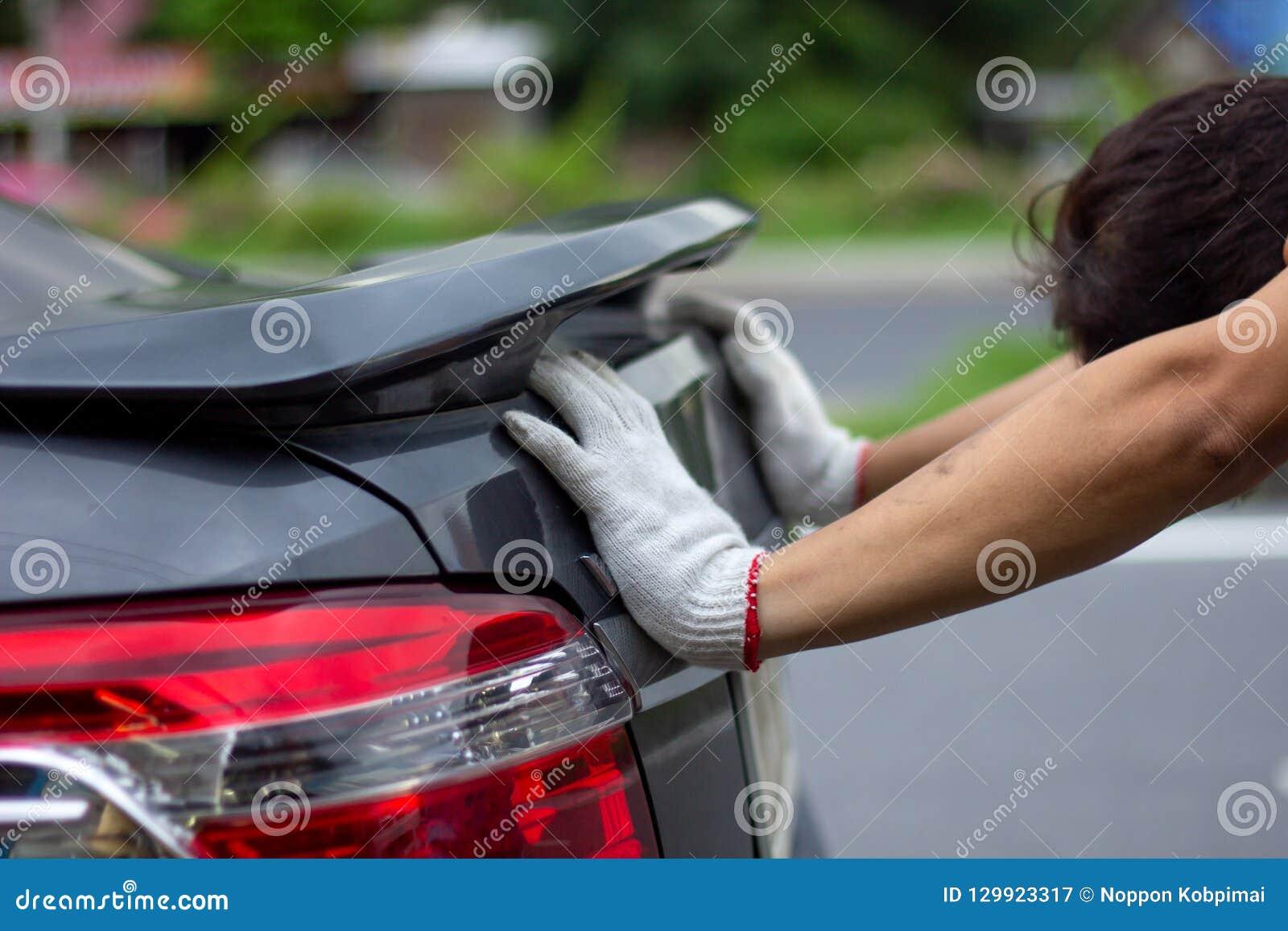 Mechanika mężczyzna pcha łamanego samochodu puszek drogowy boczny widok