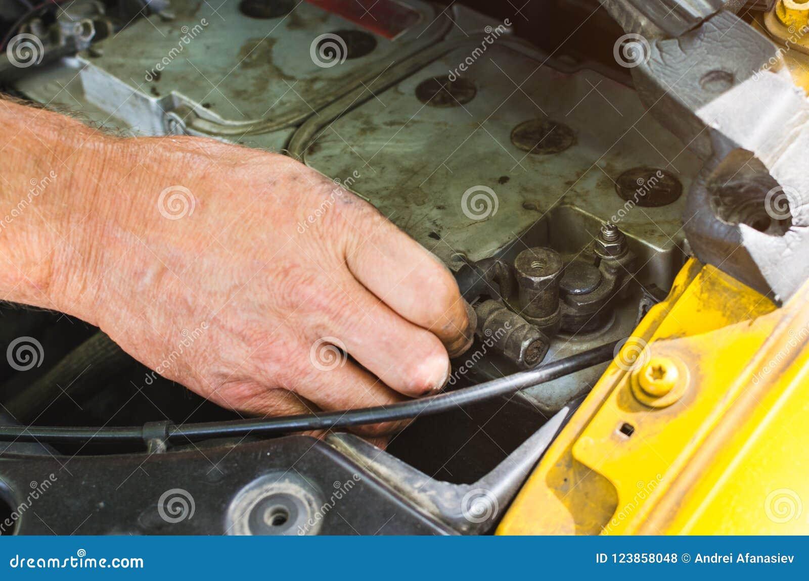 Mechanika ` s wręcza wykonywać samochodowego silnika czeka