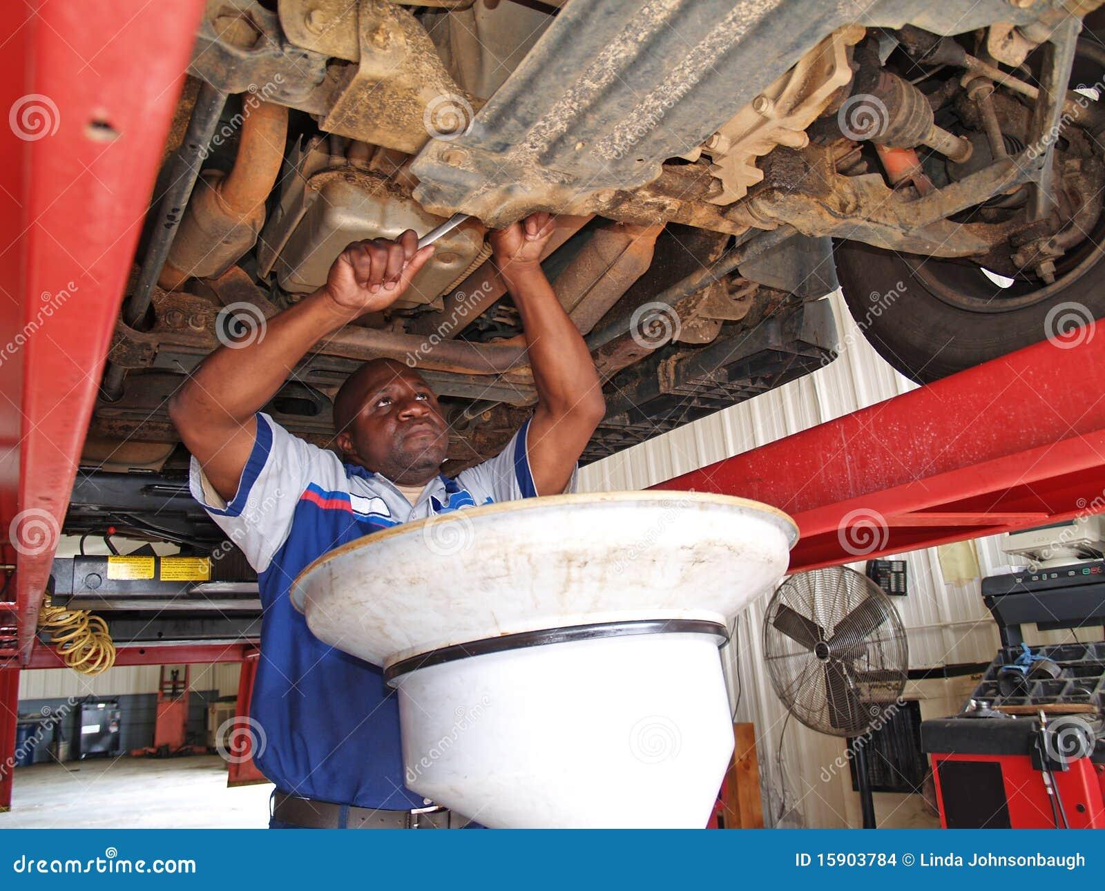 Mechaniker, der einen Ölwechsel durchführt