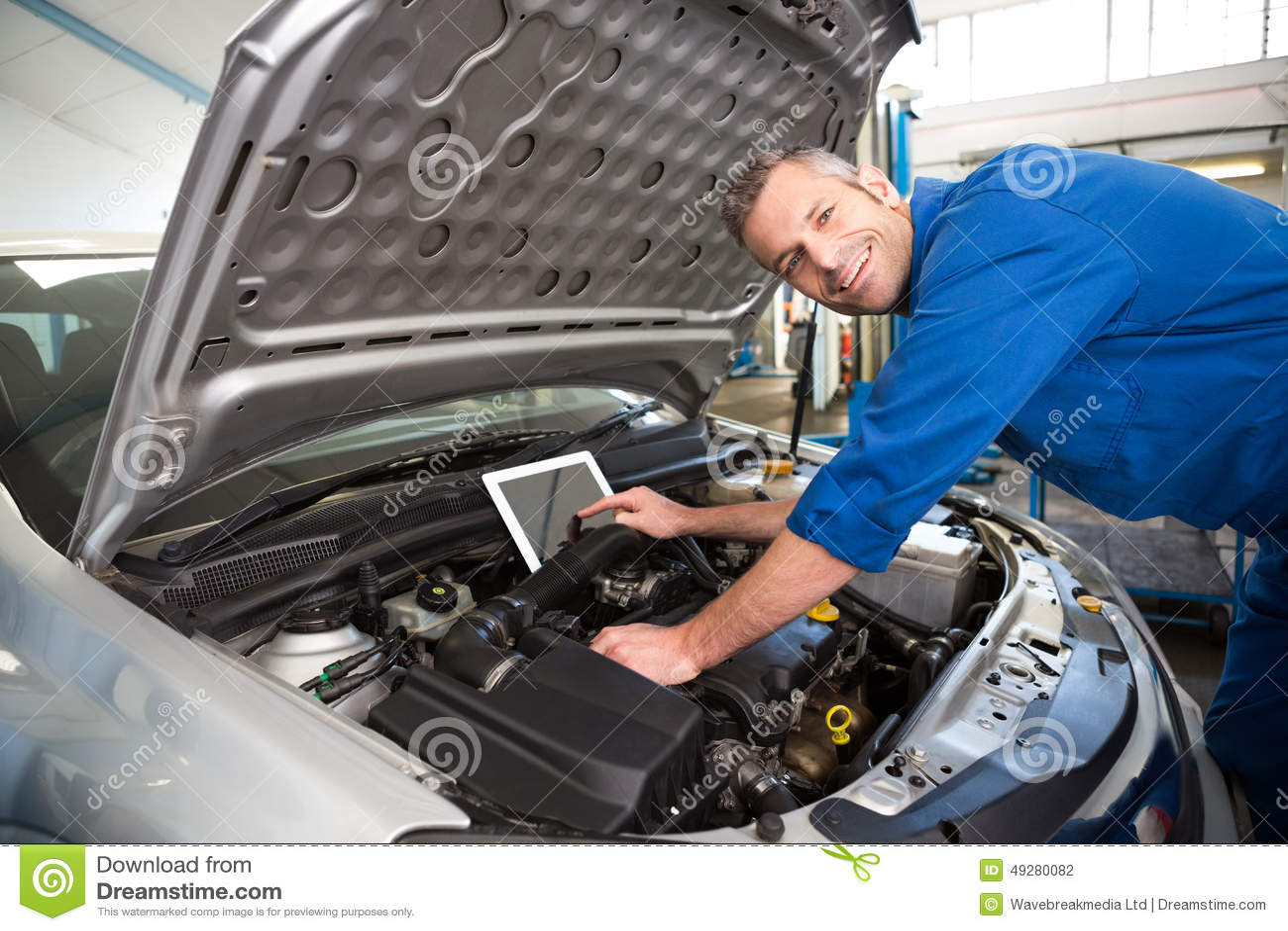 Mechaniker, Der Tablette Verwendet, Um Auto Zu Reparieren Stockfoto ...