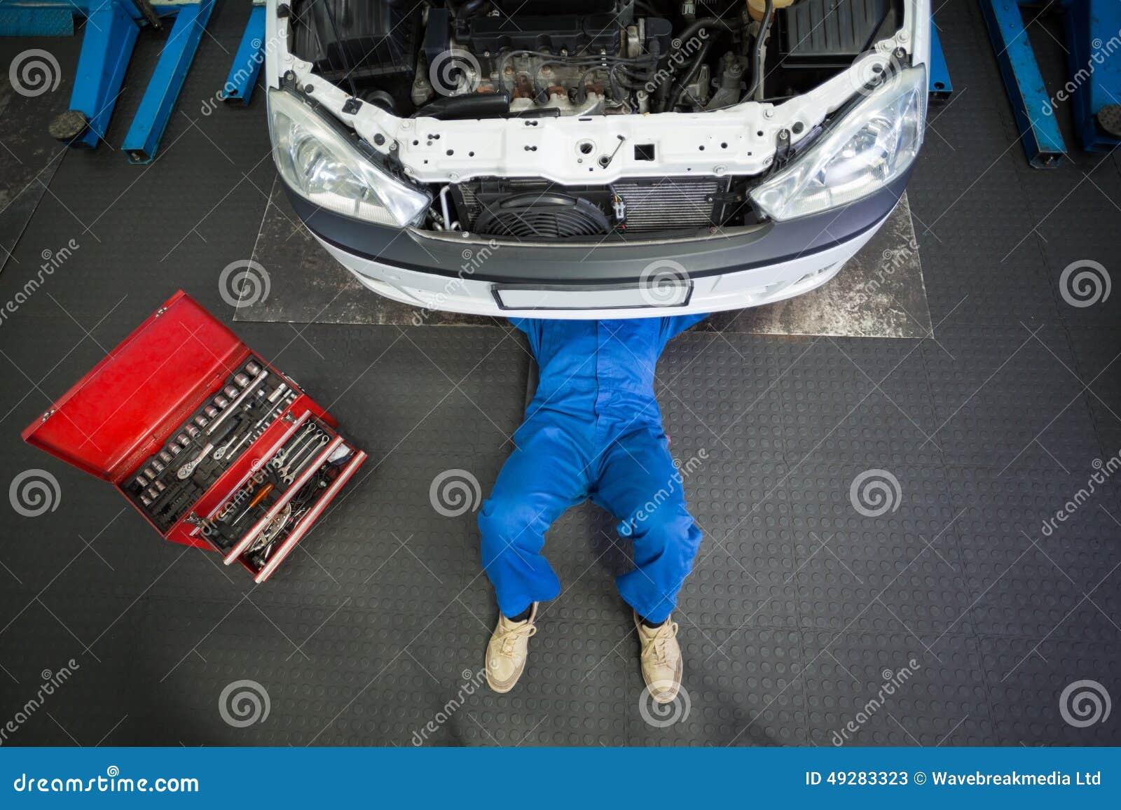 Mechaniker, Der Unter Auto Liegt Und Arbeitet Stockbild - Bild von ...