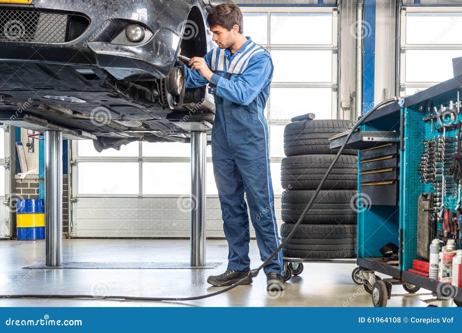 Mechaniker-Repairing Car On-Hebebühne Stockfoto - Bild von ...
