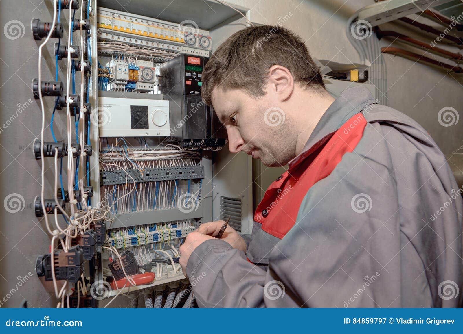 Mechanische Ingenieur die elektroswitchboa van het verbeteringsmateriaal doen