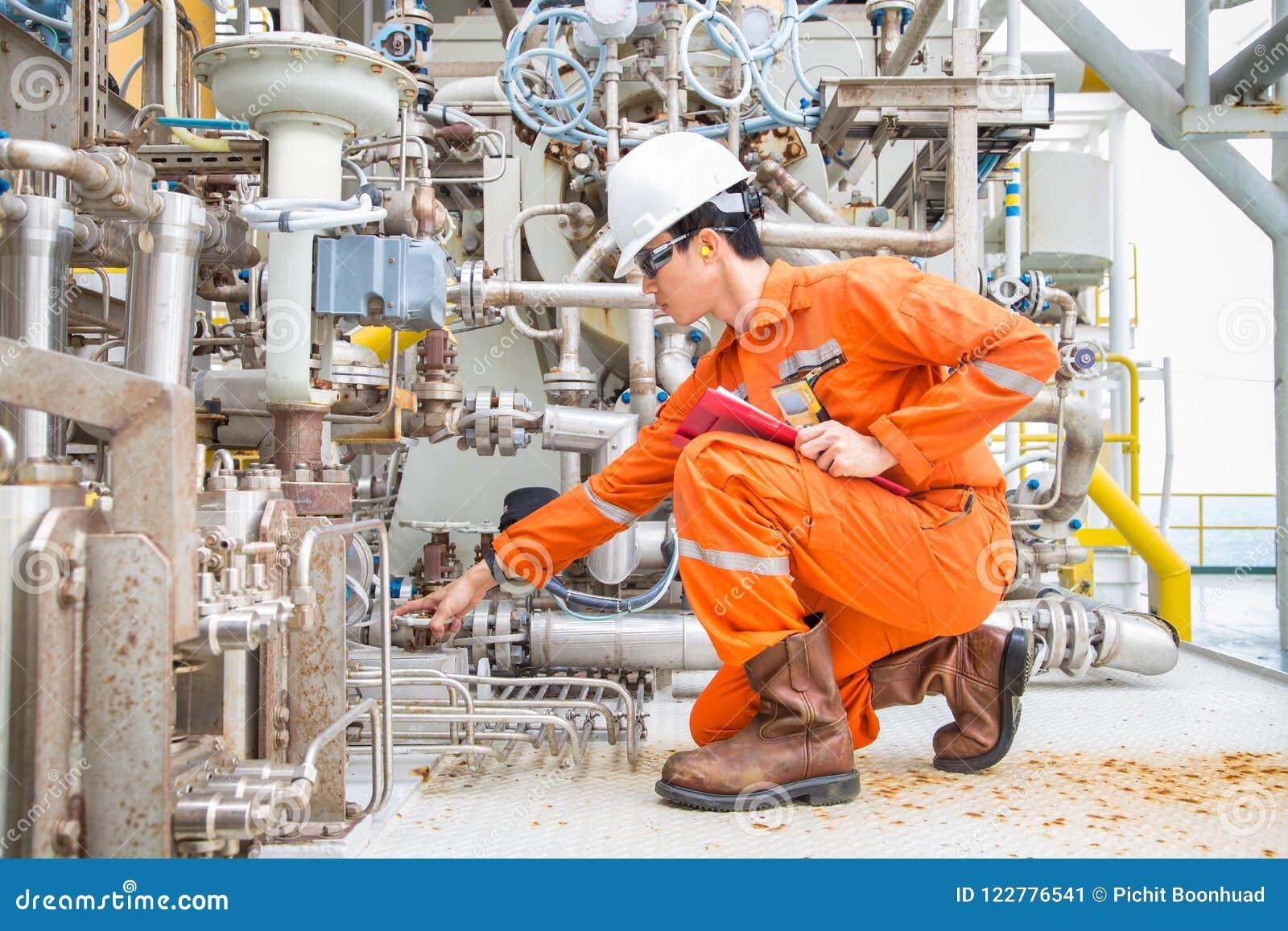 Mechanische inspecteursinspectie op de compressor van de gasturbine om een abnormale voorwaarde te vinden