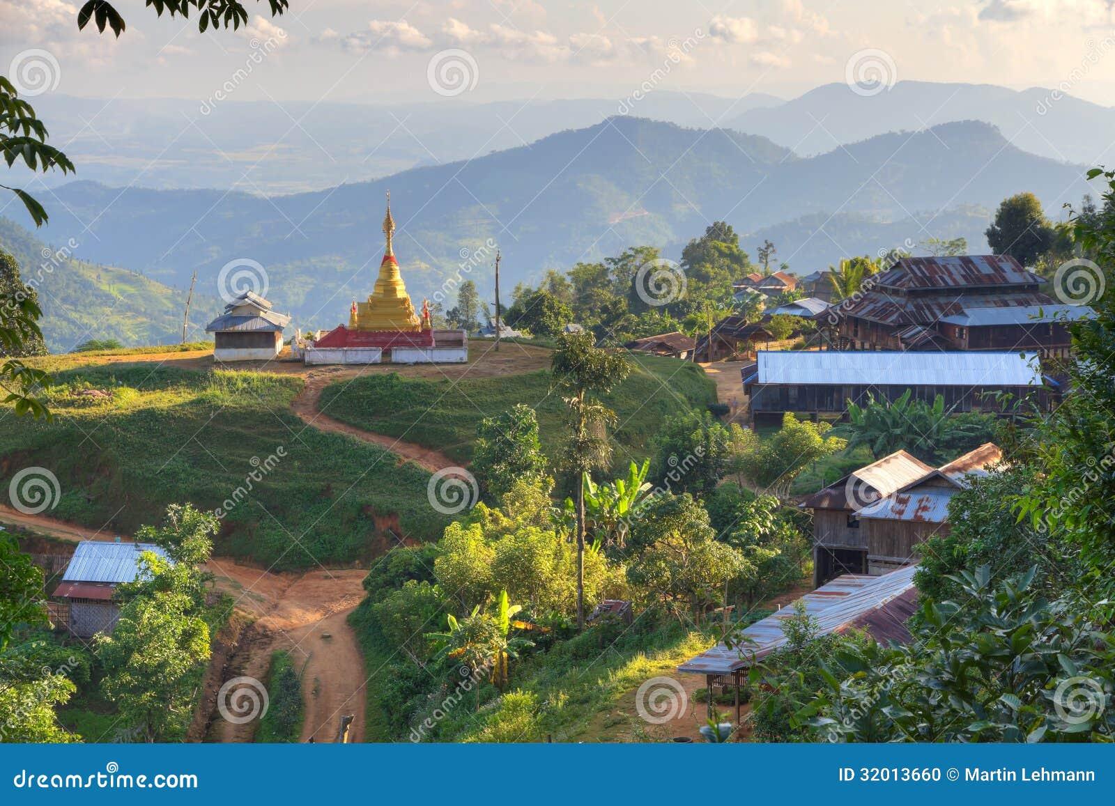 By med den guld- stupaen gröna kullar