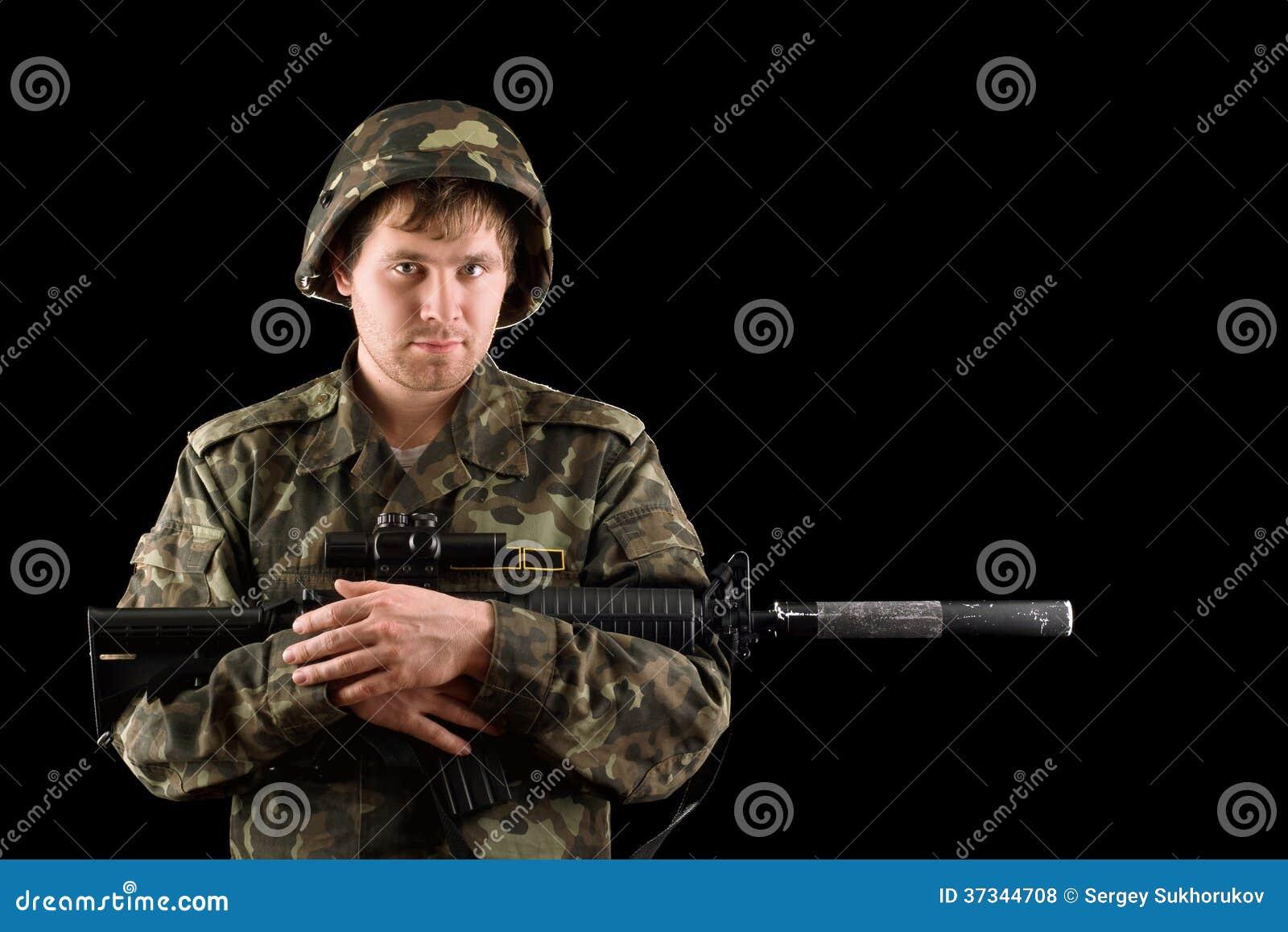 Med ett gevär i händerna