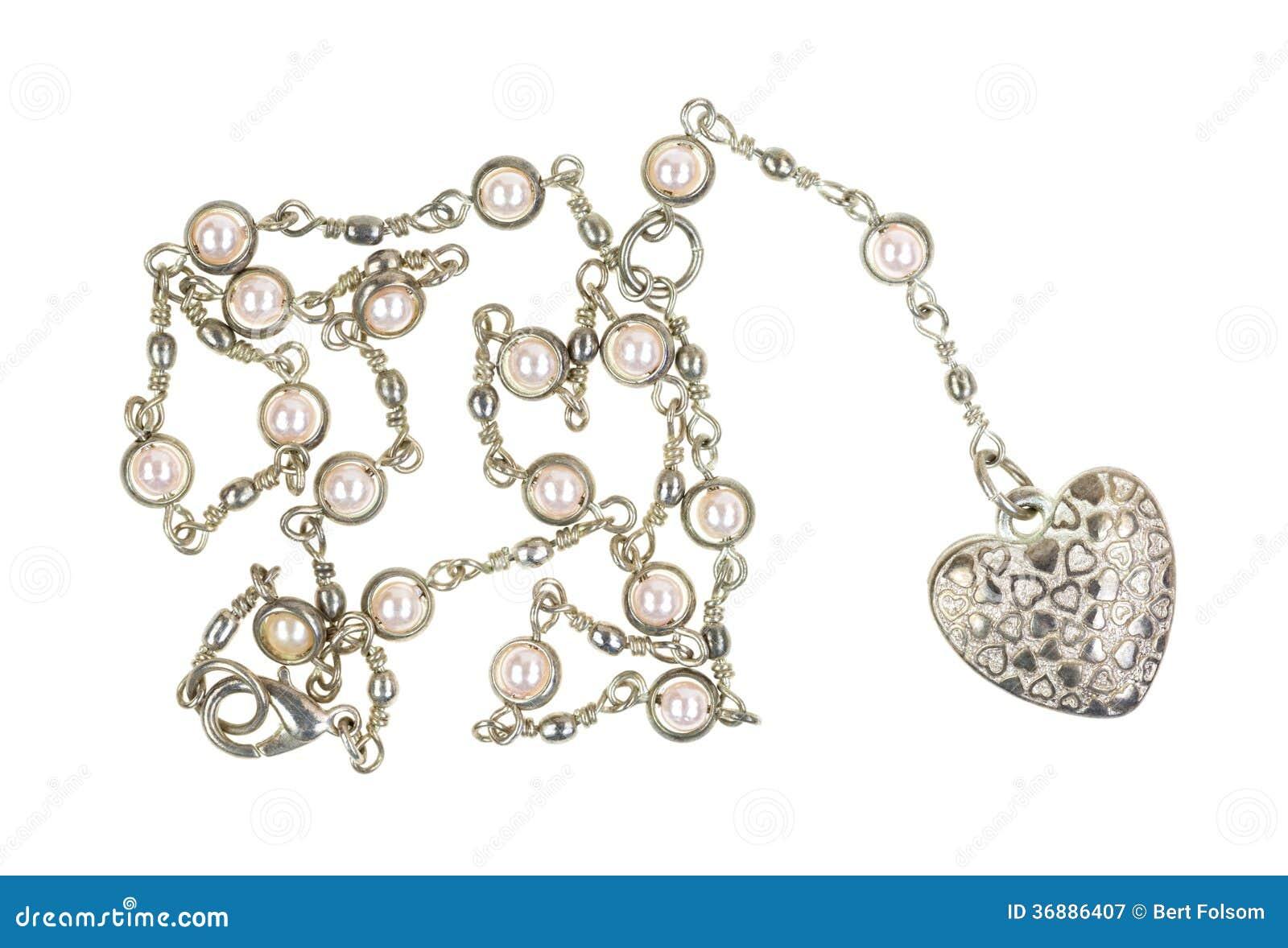 Download Medaglione A Forma Di Cuore Su Una Catena D'argento Immagine Stock - Immagine di modo, perle: 36886407
