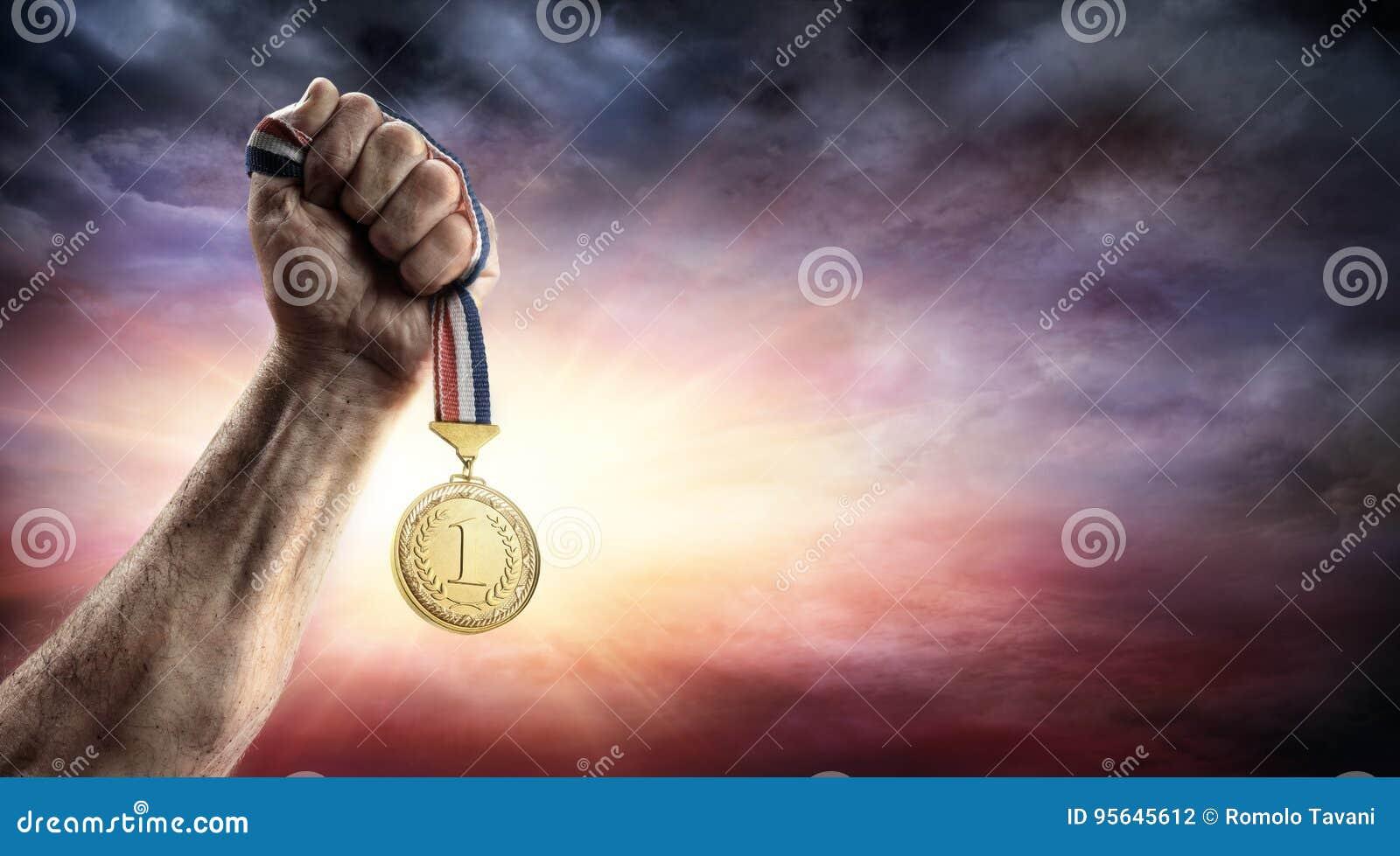 Medal Pierwszy miejsce W ręce