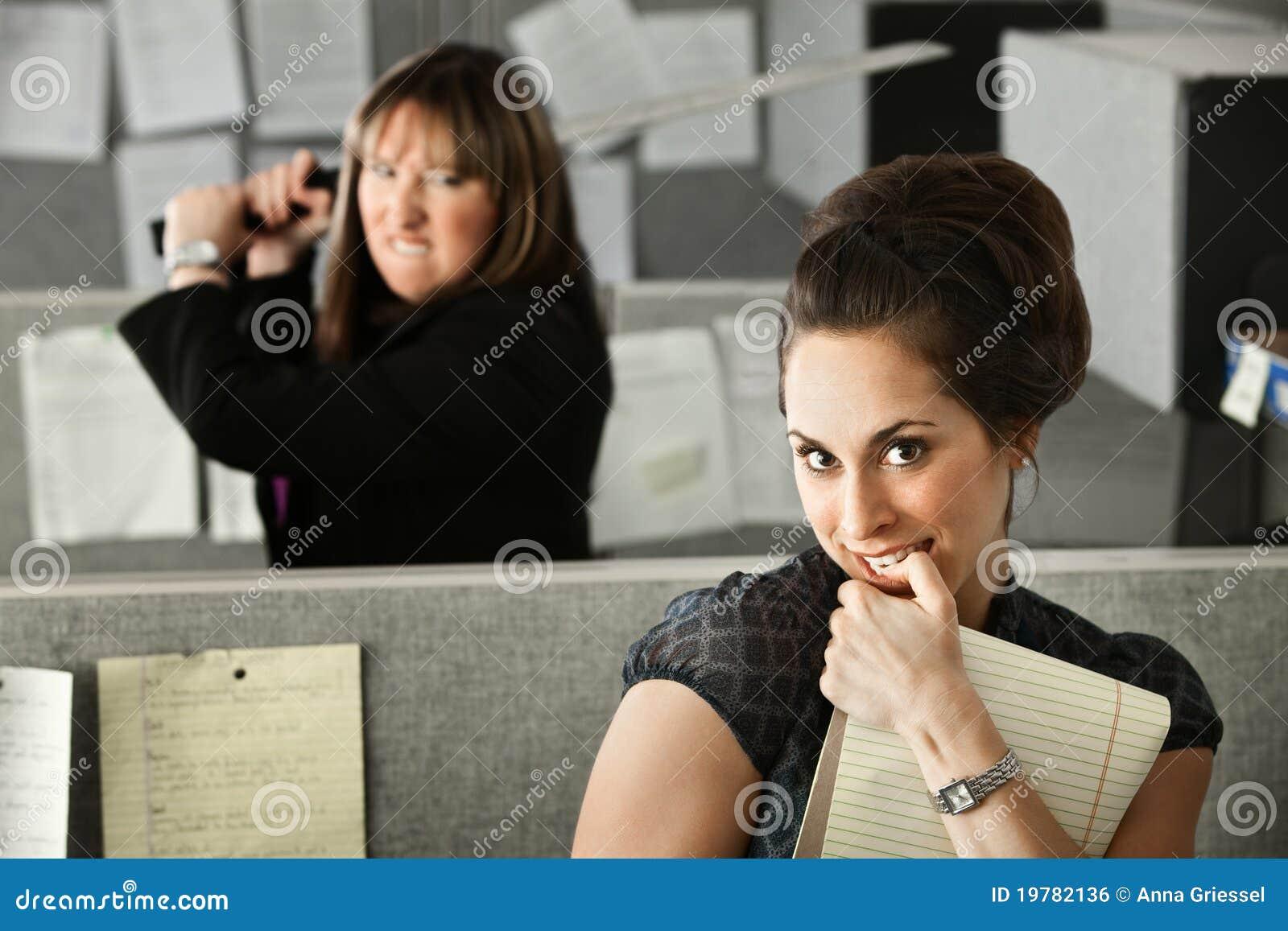 Medarbetare som hotar kvinnan