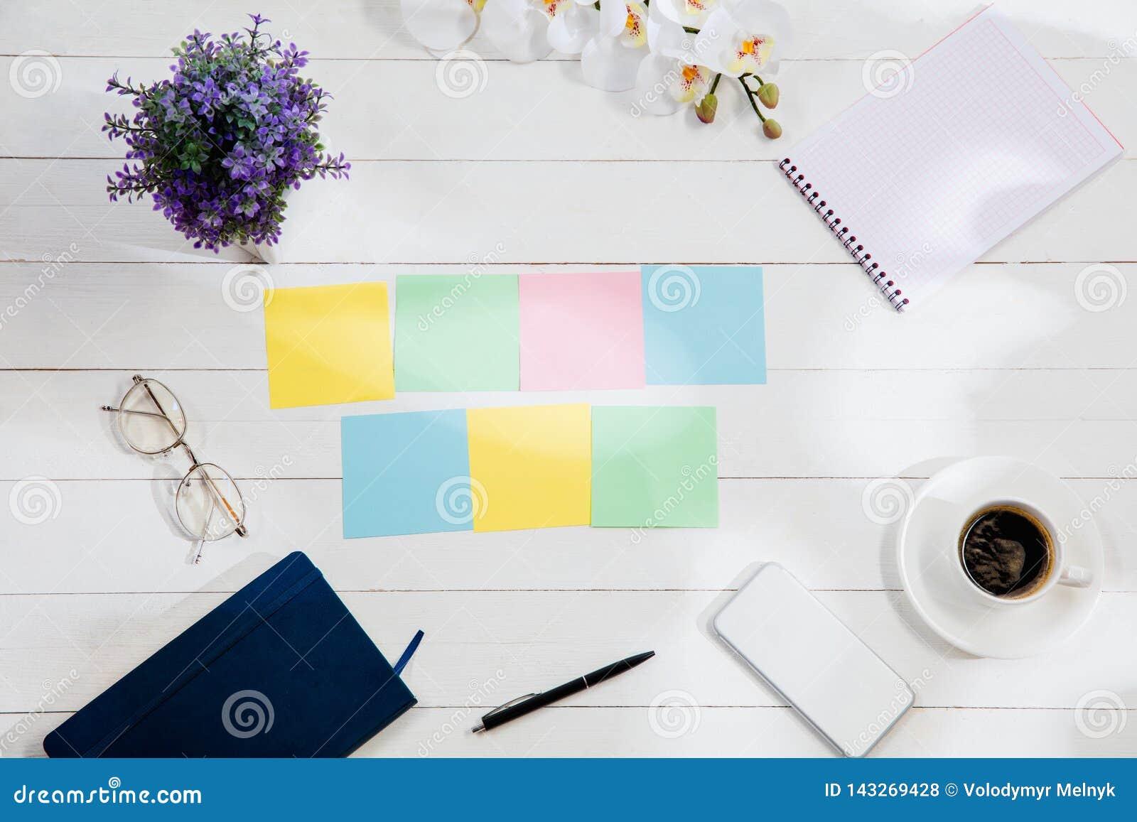 Meddelande på färgrik anmärkningslegitimationshandlingar på en skrivbordbakgrund