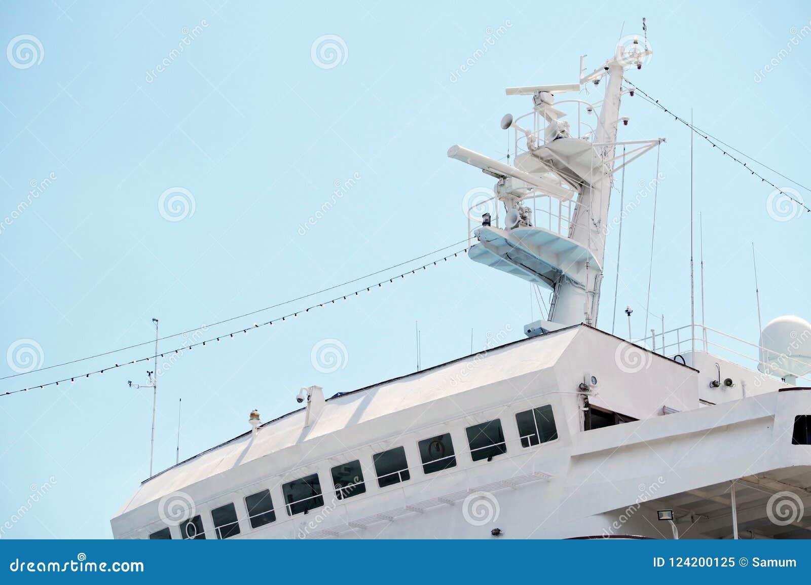 Mededeling en navigatieapparatuur op de mast van schip
