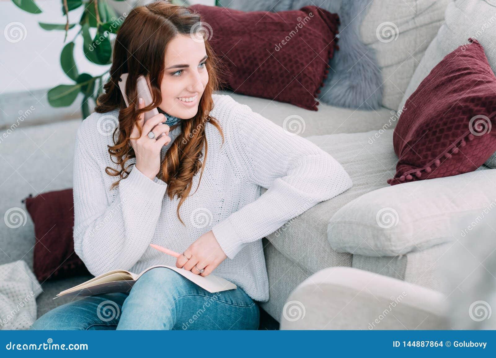 Mededeling van de vrouwensmartphone van het het werkhuis de freelance