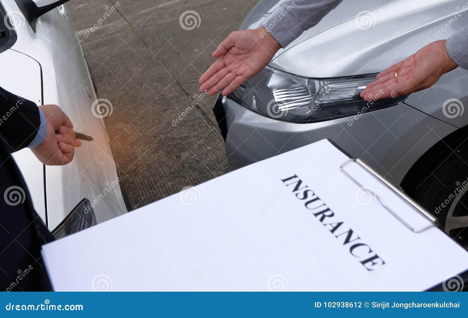 Medel för försäkring för förlustregulator Inspecting Damaged Car