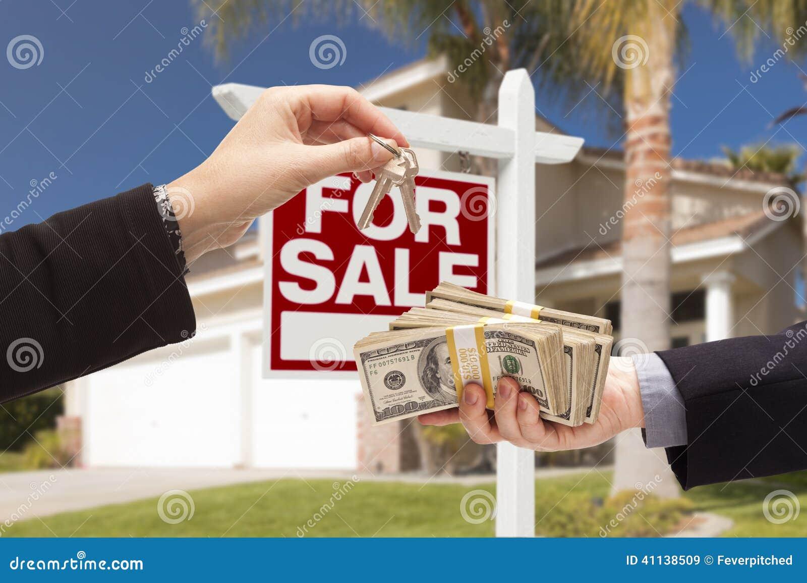 Medel Handing Over Keys, köpare som räcker över kassa för hus