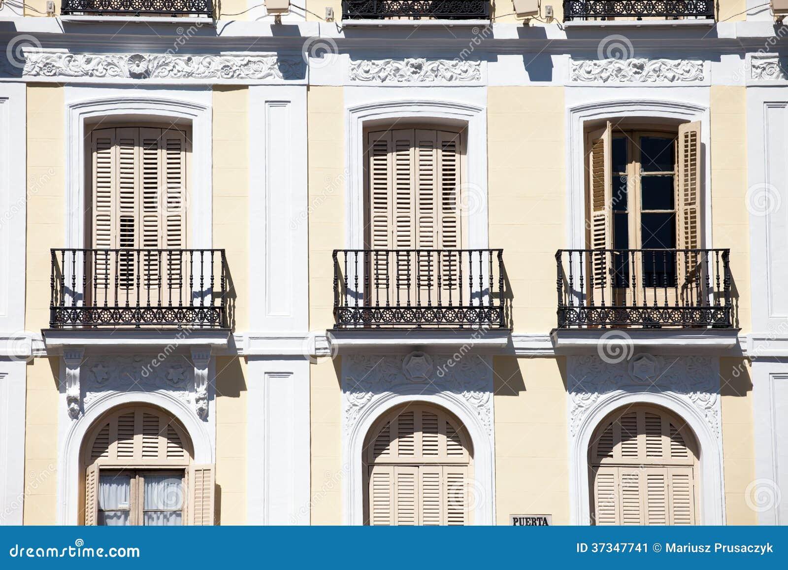 Medelhavs- arkitektur i Spanien. Gammal hyreshus i Madrid.