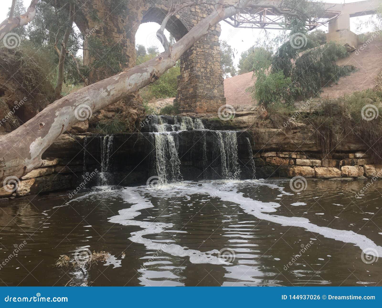 Medelhavs- vattenfall under bron