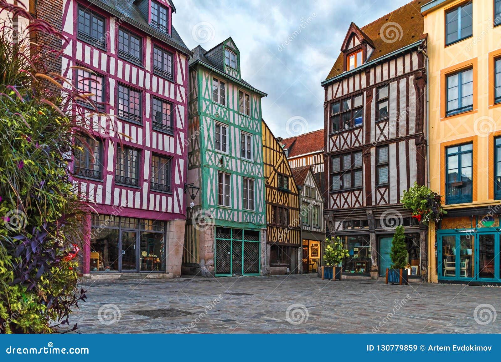 Medeltida fyrkant med typiska hus i gammal stad av Rouen, Normandie, Frankrike
