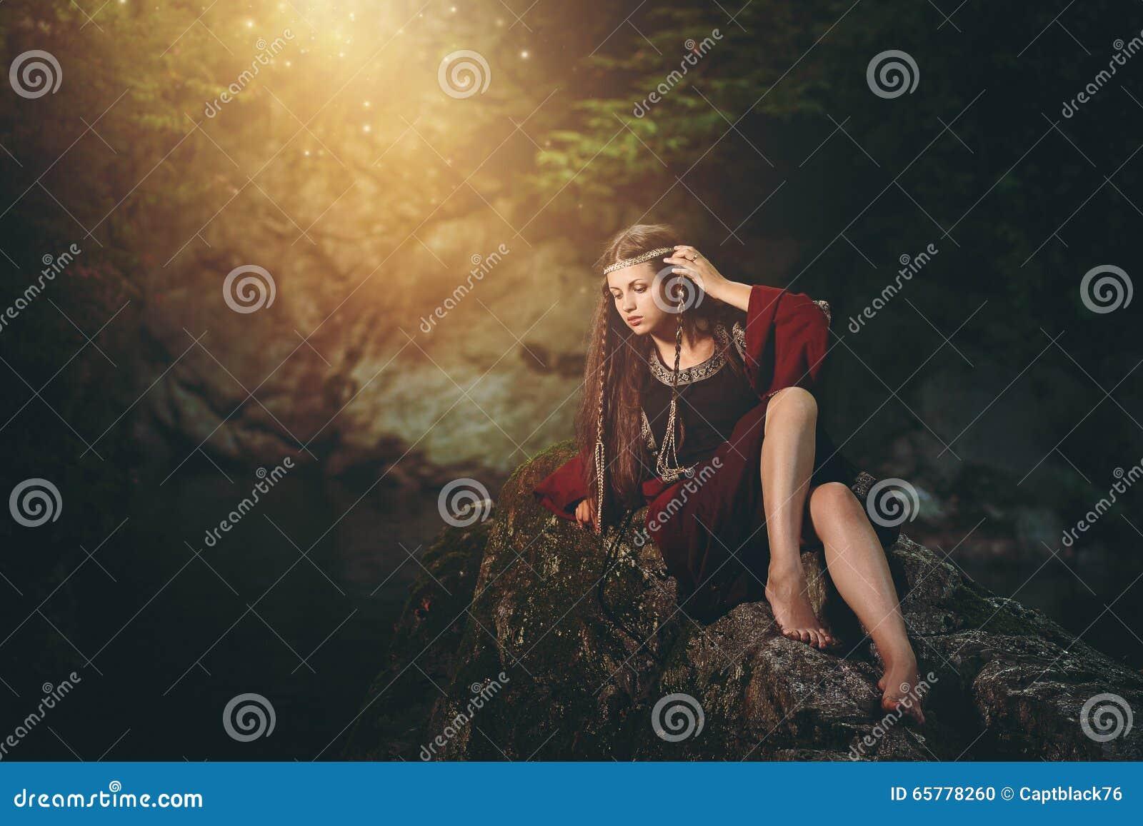 Medeltida klädd kvinna i magisk ström