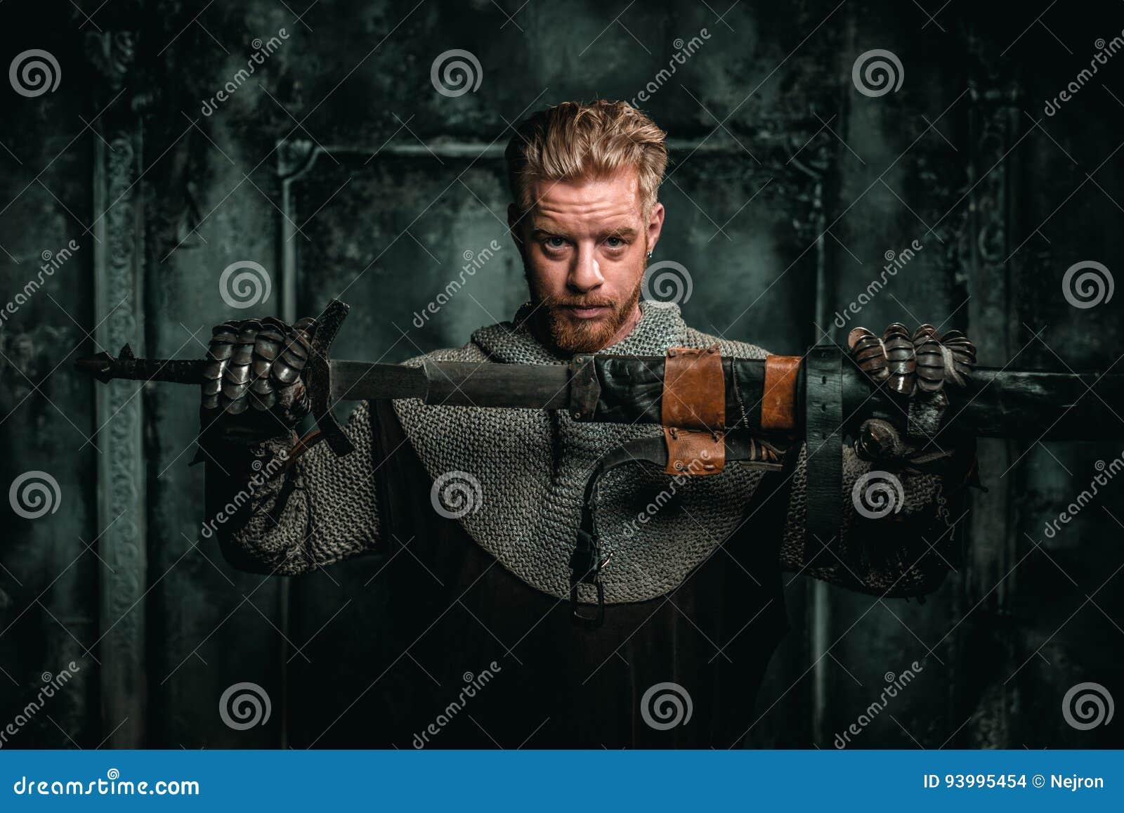 Medeltida riddare med svärdet och pansaret